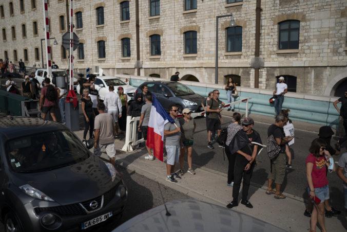 Francúzi zvolali dve stovky protestov proti zdravotným certifikátom