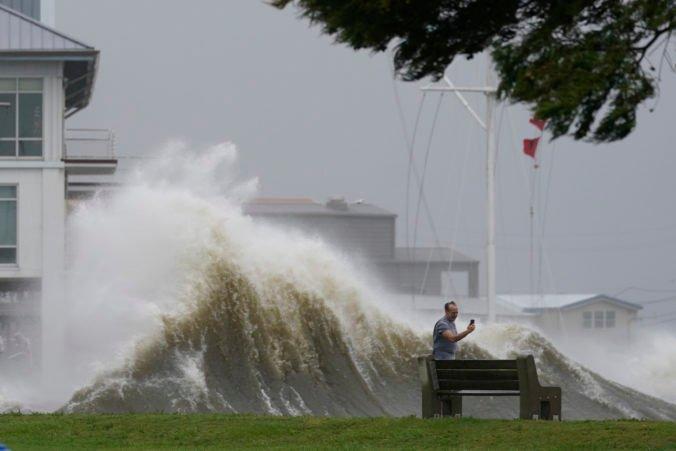 Hurikán Ida si v USA vyžiadal prvú obeť a spôsobil rozsiahle výpadky elektriny, ovplyvniť môže aj ekonomiku krajiny (video+foto)