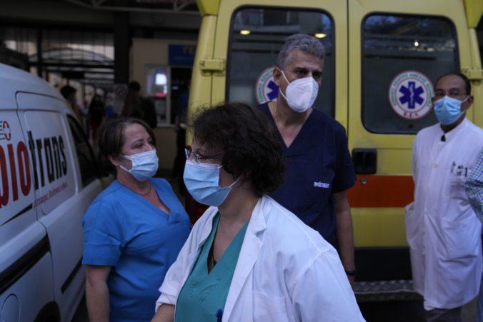 Grécki lekári a sestry proti povinnému očkovaniu protestujú, hrozia prerušením práce v nemocniciach