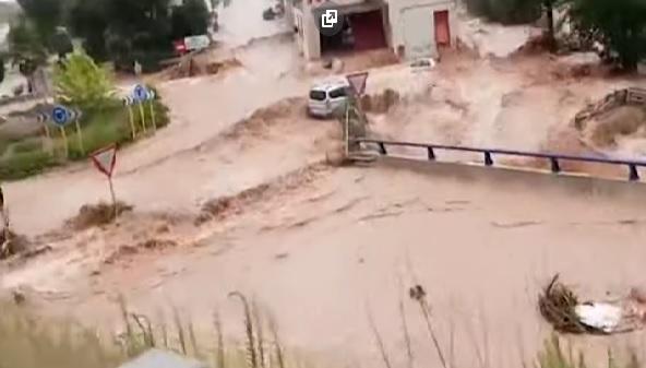 Prímorské katalánske mesto Alcanar postihla náhla povodeň, autá unášala voda (video)