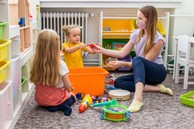 Nemecké školy, škôlky a opatrovateľské domovy sa budú môcť zamestnancov pýtať na očkovanie