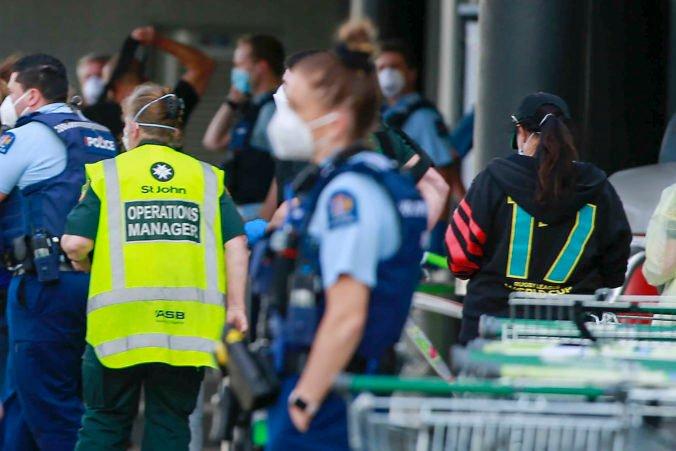 Polícia zastrelila extrémistu, ktorý v supermarkete v Aucklande pobodal šesť ľudí