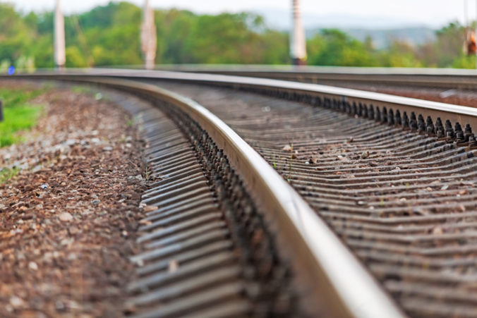 Na železničnom prejazde v tureckom Ergene sa zrazil mikrobus s nákladným vlakom, šesť ľudí neprežilo