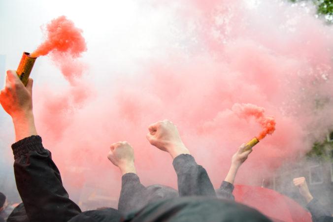 Futbaloví chuligáni si z ruského mesta Tver urobili bojisko, na ulici lietali päste a kopance (video)