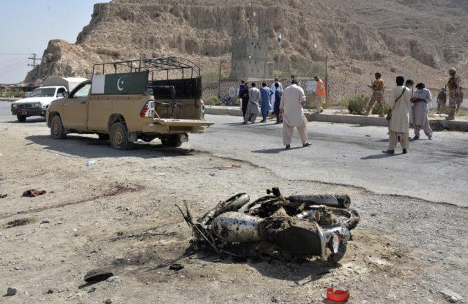Talibanec zabil pri samovražednom útoku v Pakistane troch vojakov a dvadsiatich zranil