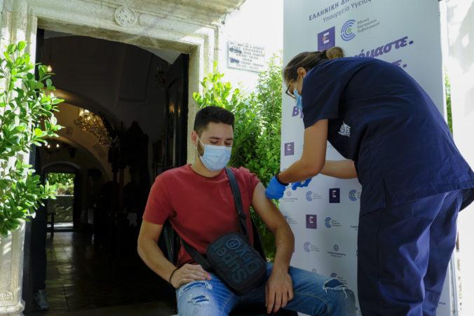 Grécka cirkev motivuje veriacich k očkovaniu, ľudia dostanú vakcínu aj pred kostolmi