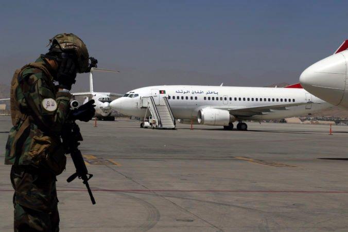 Taliban drží podľa kongresmana niektorých Američanov ako rukojemníkov, bráni im odletieť z Afganistanu