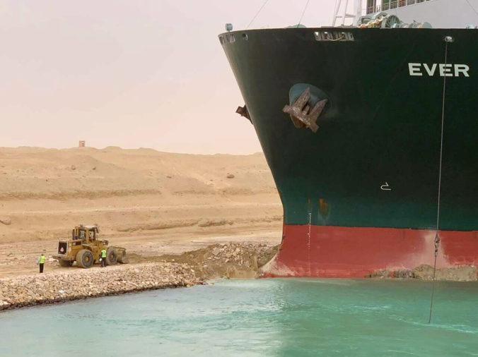 Panamská loď nakrátko zablokovala Suezský prieplav, narazila na plytčinu