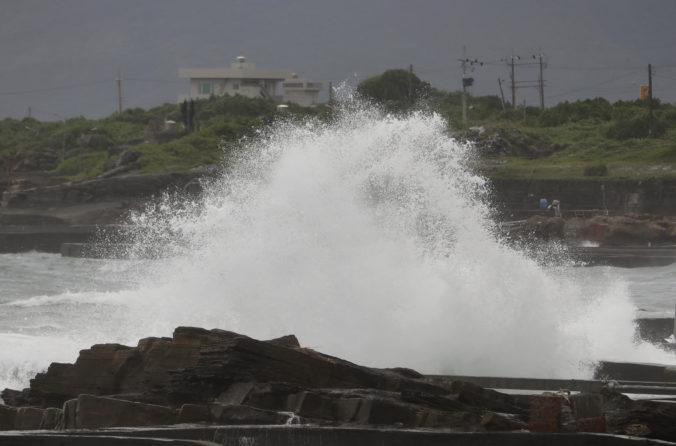 Taiwan prerušil pre blížiaci sa tajfún leteckú aj trajektovú dopravu, stopku dostali aj vlaky