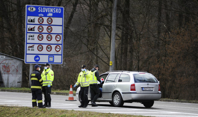 Polícia bude opäť náhodne kontrolovať hranice, vláda chce zabrániť šíreniu koronavírusu