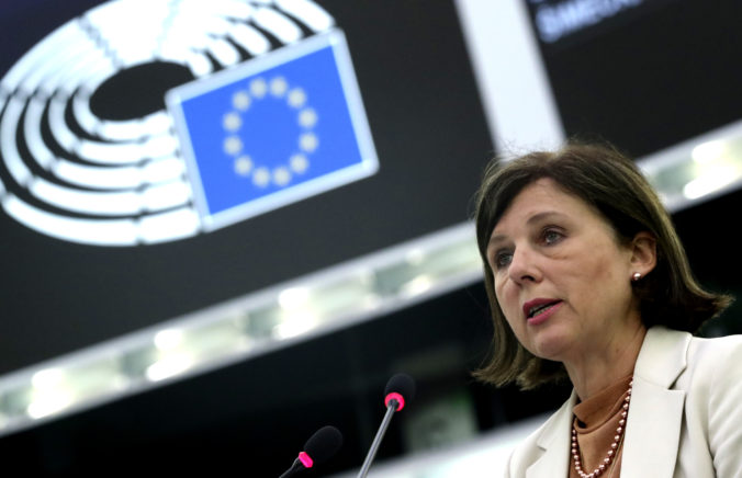 Útokov a vyhrážok voči novinárom pribúda, Európska komisia žiada od členských štátov ich lepšiu ochranu