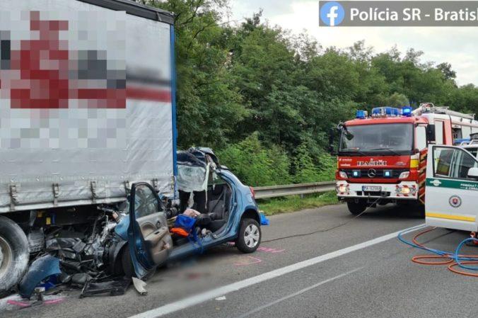 Na diaľnici D2 zahynula matka so synom, s autom vletela pod kamión (foto)