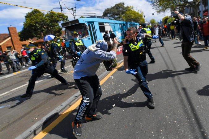 Stovky Austrálčanov demonštrovali proti lockdownu v Melbourne, polícia musela použiť slzný plyn (video)