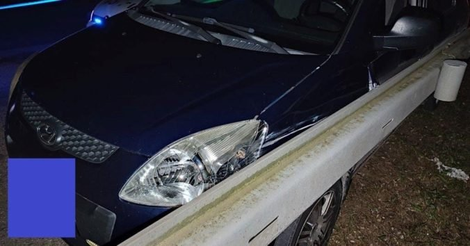 Vodič prešiel s autom do protismeru, náraz do zvodidiel neprežil (foto)