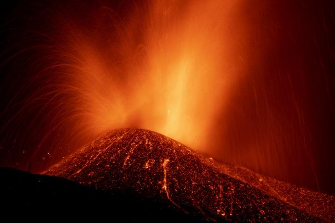 Chrliaca láva na ostrove La Palma zničila stovky budov, zablokovala aj cesty (video)