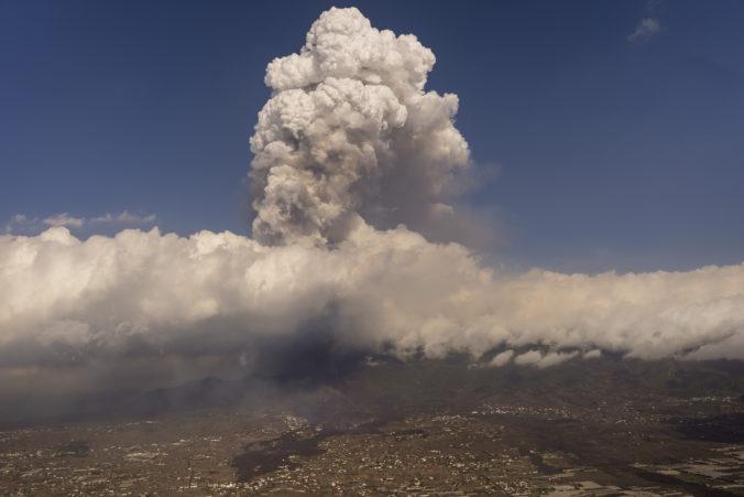 Popol zo sopky Cumbre Vieja odstavil letisko na ostrove La Palma, láva už pokrýva viac než 180 hektárov