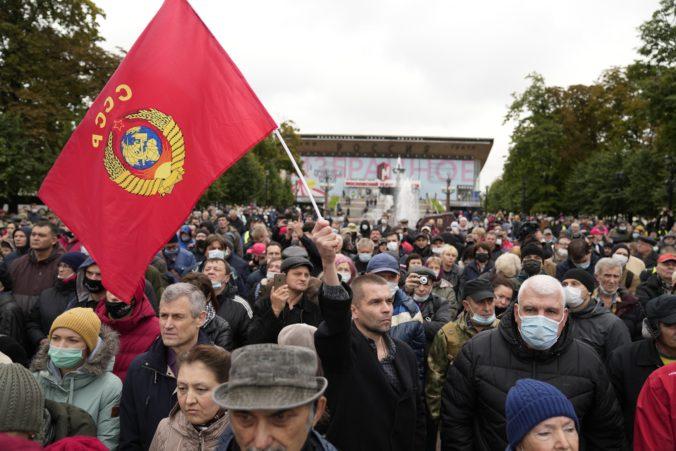 Stovky ľudí protestovali v Moskve proti výsledkom parlamentných volieb, demonštráciu organizovali komunisti