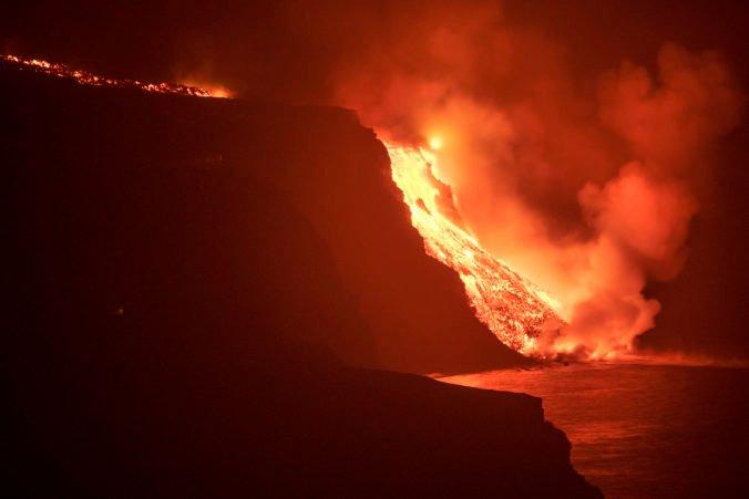 Tečúca láva na La Palme sa dostala už do oceána, výbuchy uvoľňujú toxické plyny (foto)