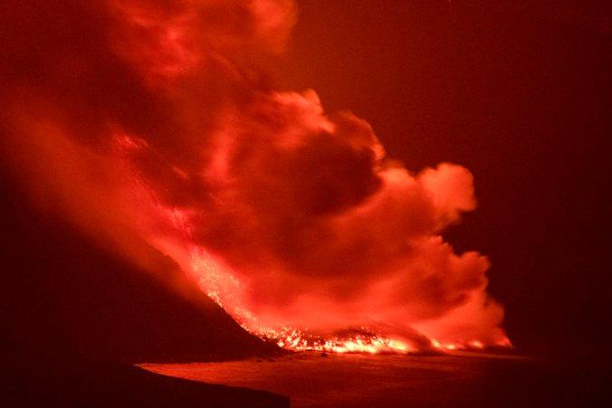 Láva zo sopky Cumbre Vieja rozširuje španielske územie, ohrozené sú desaťtisíce ľudí