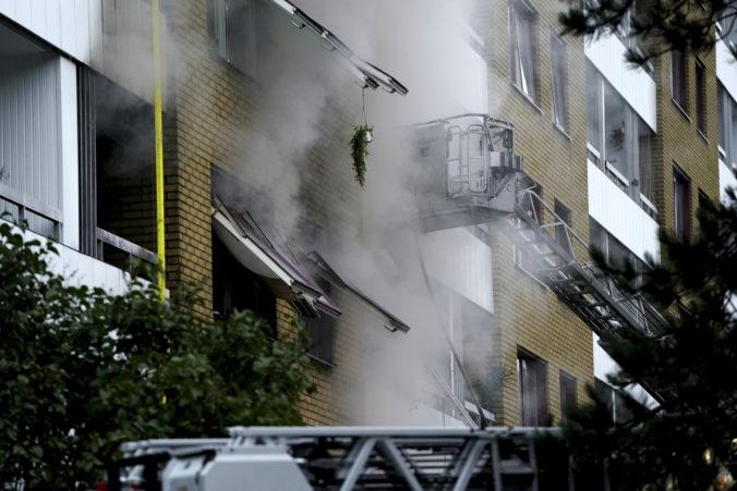Švédska polícia pátra v súvislosti s výbuchom v bytovke v Göteborgu po mužovi, ktorý tam žil s matkou