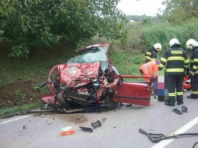 Muž zostal po nehode zakliesnený vo vozidle, hasiči museli ísť po zásahu do karantény