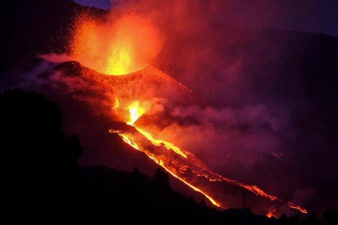 Sopka Cumbre Vieja je čoraz aktívnejšia, opäť hučí a chrlí hustejšiu lávu (foto+video)