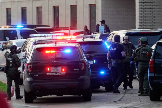 Mladík spustil paľbu v strednej škole a z miesta činu utiekol, polícia po ňom pátra