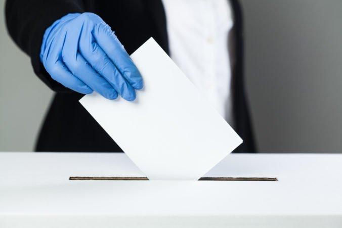 Špeciálna urna aj hlasovanie v drive-in stanovištiach. Koronavírus zmenil aj voľby v Česku