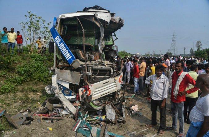 Pri havárii autobusu zomrelo dvanásť ľudí. Vodič zmenil smer jazdy, aby sa vyhol dobytku (foto)