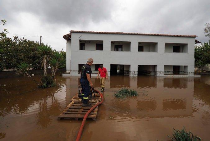 Grécky ostrov Eubója po požiaroch zasiahli silné dažde, oblasť bojuje s povodňami a zosuvmi pôdy (foto)