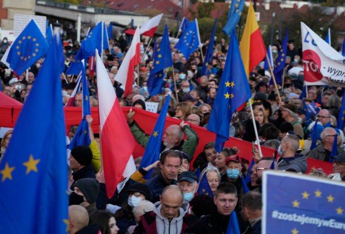 Poliaci chcú zotrvať v Európskej únii, do ulíc na protest proti konaniu vlády vyšli tisíce ľudí