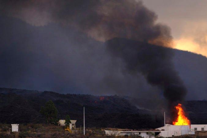 Láva zo sopky Cumbre Vieja steká novou trasou k Atlantickému oceánu, úrady evakuovali stovky ľudí