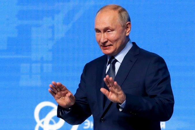 S Bidenom má dobré pracovné vzťahy, tvrdí Putin