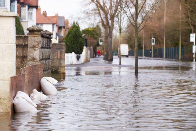 Korytnickú ulicu v Bratislave zaplavila voda, pravdepodobne došlo k havárii vodovodného potrubia