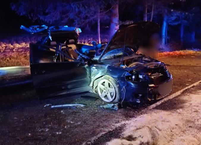 Neskúsený mladík havaroval s Audi v katastri obce Makov, pri nehode zahynul jeho 17-ročný spolujazdec