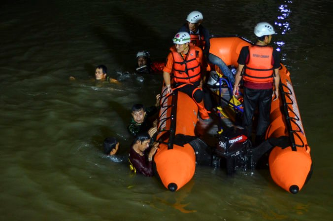 Študenti v indonézskej provincii Západná Jáva čistili okolie rieky, jedenásti sa utopili