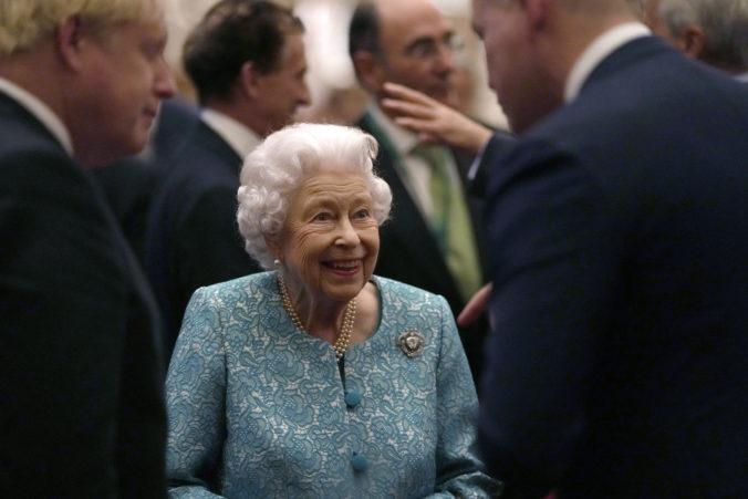Kráľovnú Alžbetu II. trápi zdravie, pre odporúčania lekárov sa musela vzdať cesty do Severného Írska