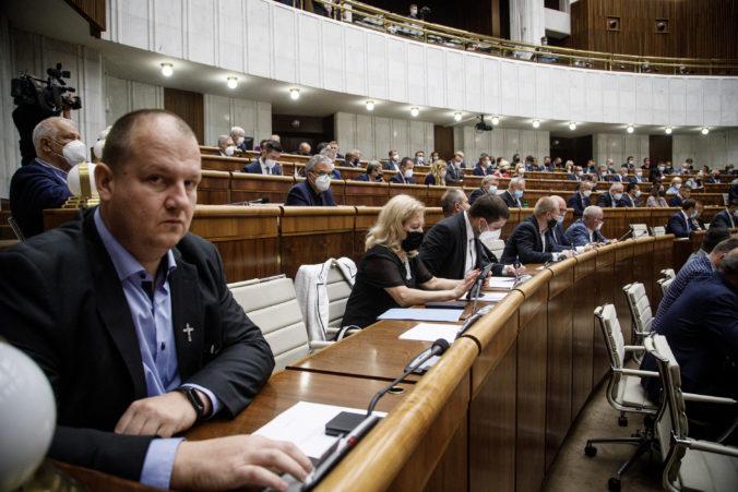 Poslanec Krupa z ĽSNS si v parlamente odmieta nasadiť rúško, Kollár ho po tretíkrát vykázal zo sály