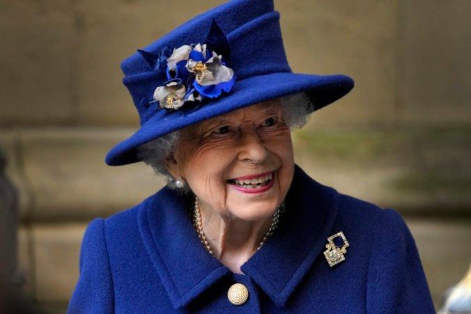 Britská kráľovná Alžbeta II. strávila noc v nemocnici, podľa paláca zostáva v dobrej nálade