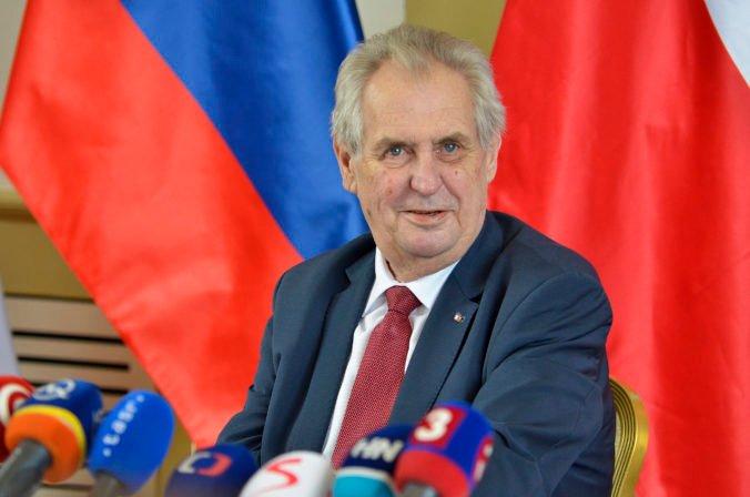 Prezident Zeman chce osobne odovzdať štátne vyznamenania, pre jeho hospitalizáciu sa podujatie posunie
